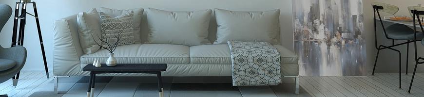 Ein Sofa mit Kissen und Decken